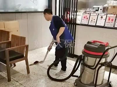 好运人保洁人员地面清洗吸尘