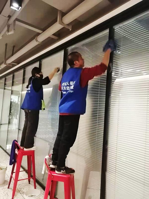 好运人保洁人员擦拭玻璃