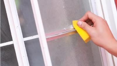 保洁过程中玻璃上有粘胶怎么处理?